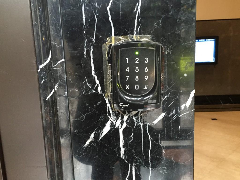 頑丈なセキュリティのため カードキーがないと入れません。